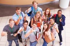Ritratto sopraelevato degli studenti di college che stanno nel corridoio fotografia stock libera da diritti