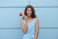 Ritratto sorridente all'aperto di giovane bella donna castana felice in vestito a strisce da estate che posa con la lecca-lecca r Fotografia Stock Libera da Diritti