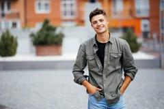 Ritratto sorridente bello del giovane Uomo allegro che esamina macchina fotografica immagine stock libera da diritti