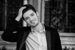 Ritratto sorridente in bianco e nero dell'uomo Immagine Stock Libera da Diritti