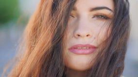 Ritratto sorridente del fronte della donna di bellezza naturale femminile stock footage