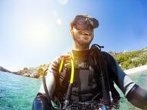 Ritratto sorridente dell'operatore subacqueo alla riva di mare Occhiali di protezione di immersione subacquea sopra Fotografia Stock