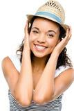 Ritratto sorridente della bella donna della corsa mista isolato sulle sedere bianche Immagini Stock Libere da Diritti