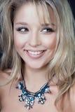 Ritratto sorridente della donna del modello di moda di bellezza, isolato su fondo nero Fotografia Stock Libera da Diritti
