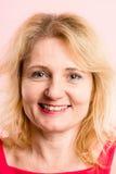 Alta definizione della donna del ritratto di rosa della gente reale felice del fondo Fotografia Stock