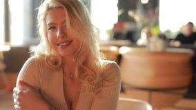 Ritratto sorridente della donna sexy graziosa in caff? che mi esamina al rallentatore, bella signora attraente archivi video