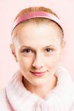 Alta definizione della donna del ritratto di rosa della gente reale felice del fondo Fotografia Stock Libera da Diritti