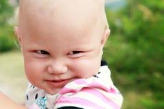 Ritratto sorridente divertente del primo piano della neonata Immagini Stock Libere da Diritti