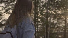 Ritratto sorridente felice della ragazza nella foresta soleggiata di autunno archivi video