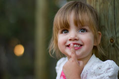 Ritratto sorridente felice di una ragazza di 2 anni Fotografie Stock