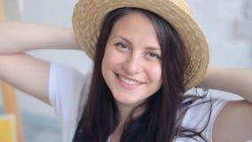 Ritratto sorridente incantante del ` s della donna video d archivio