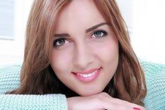 Ritratto sorridente splendido della donna con trucco fotografia stock