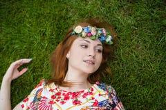 Ritratto sorridente sulla natura, la gioia della giovane donna bella di vita, sorriso Immagini Stock Libere da Diritti