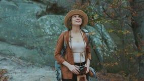 Ritratto sparato di bella giovane donna in cappello che prende le immagini nella nel vecchi macchina fotografica e sorridere d'an video d archivio