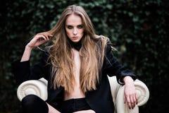 Ritratto splendido della donna di modo all'aperto fotografia stock