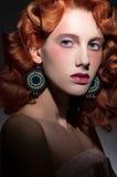 Ritratto stilizzato di giovane bella donna dai capelli rossi immagini stock