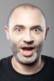 Ritratto stupito dell'uomo isolato su gray Fotografie Stock