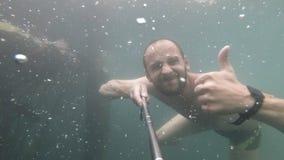 Ritratto subacqueo dell'uomo sorridente Persona divertendosi nella piscina Concetto di vacanze estive selphi stock footage