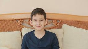 Ritratto sveglio del ragazzino, sorriso alla macchina fotografica stock footage