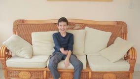 Ritratto sveglio del ragazzino, sorriso alla macchina fotografica video d archivio