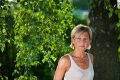 Ritratto sveglio della donna con i rami di albero Fotografie Stock