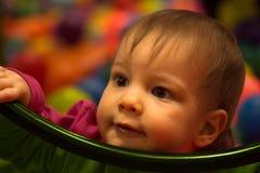 Ritratto sveglio della neonata su fondo variopinto Fotografia Stock