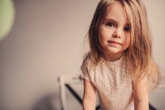 Ritratto sveglio della ragazza del bambino a casa Immagine Stock