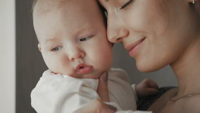 Ritratto sveglio di bei giovani madre e bambino attraenti video d archivio