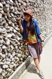Ritratto tailandese delle donne con la parete della conchiglia di ostrica in Wat Chedi Hoi Fotografia Stock Libera da Diritti
