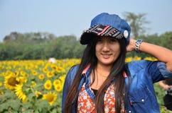 Ritratto tailandese delle donne sul giacimento del girasole a Saraburi Tailandia Fotografia Stock