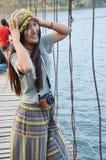 Ritratto tailandese delle donne sul ponte alla diga di Kaeng Krachan di posizione Fotografie Stock