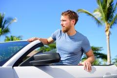 Ritratto urbano dell'uomo dei pantaloni a vita bassa in automobile convertibile fotografia stock