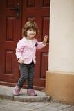 Ritratto urbano della piccola ragazza riccia dei pantaloni a vita bassa Fotografia Stock Libera da Diritti