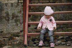 Ritratto urbano della piccola ragazza riccia dei pantaloni a vita bassa Immagini Stock