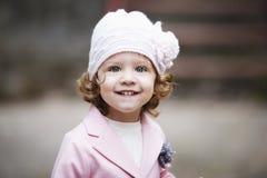 Ritratto urbano della piccola ragazza riccia dei pantaloni a vita bassa Fotografia Stock