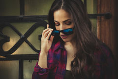 Ritratto urbano della ragazza con gli occhiali da sole nella città Immagini Stock Libere da Diritti
