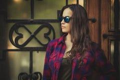 Ritratto urbano della ragazza con gli occhiali da sole nella città Fotografia Stock