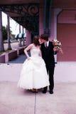 Ritratto urbano dello sposo e della sposa fotografie stock libere da diritti