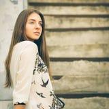 Ritratto urbano di giovane ragazza dei pantaloni a vita bassa sulle scale Fotografie Stock Libere da Diritti