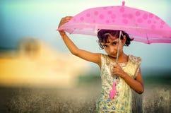 Ritratto vago di piccolo ombrello della tenuta della bambina Fotografie Stock Libere da Diritti