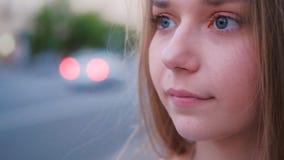 Ritratto vago pensieroso del primo piano della giovane donna video d archivio