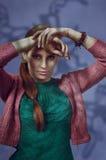 Ritratto variopinto dello studio di bella giovane donna con pieno di sentimento Fotografie Stock Libere da Diritti