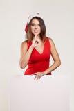 Ritratto verticale della ragazza di natale con il bicchiere di vino su fondo bianco Fotografia Stock Libera da Diritti