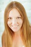 Ragazza sorridente dai capelli rossi adorabile fotografia stock