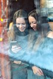Ritratto verticale di un'amica con un telefono, migliori amici dentro immagine stock libera da diritti