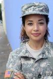 Ritratto verticale di una donna etnica militare dell'esercito Immagine Stock