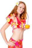 Ritratto verticale di una ragazza in abbigliamento da spiaggia con una collana floreale Immagini Stock
