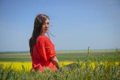 Ritratto vicino di bella giovane donna immagini stock libere da diritti
