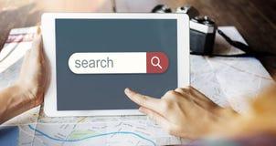 Ritrovamento del browser del motore di ricerca che guarda concetto immagini stock