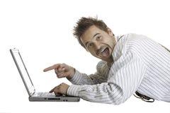 Ritrovamento dell'uomo qualche cosa di interessante sul computer portatile Fotografie Stock Libere da Diritti